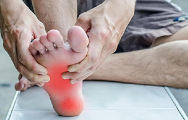 El ejercicio de estiramiento de la fascia plantar específico del tejido mejora los resultados en pacientes con dolor crónico en el talón