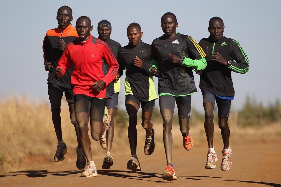 Factores biomecánicos asociados a la economía de carrera y rendimiento de los corredores de Kenia