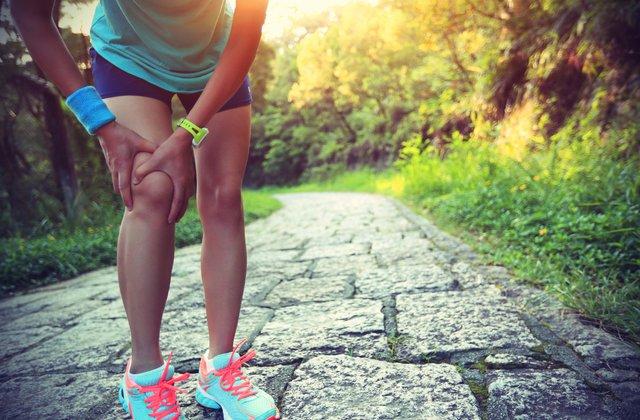 Las corredoras competitivas con antecedentes de síndrome de banda iliotibial demuestran una cinemática atípica de cadera y rodilla