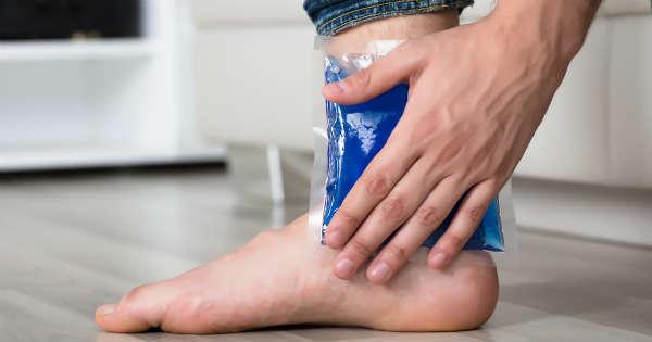¿Cuál es la evidencia de la terapia de descanso, hielo, compresión y elevación en el tratamiento de esguinces de tobillo en adultos?